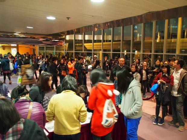 當日出席觀眾達200人,圖為觀眾排隊輪候入場的情況。